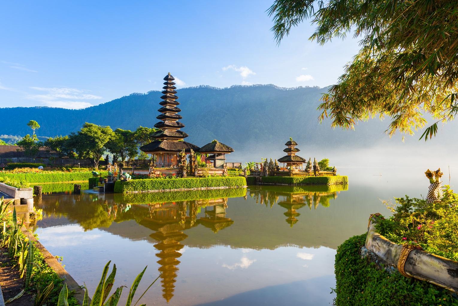 Pura-Ulun-Danu-Bratan-at-Sunrise-Bali_LR